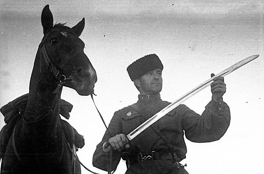 Казак. За годы войны было сформировано свыше 70 различных казачьих воинских формирований. 7 кавалерийских корпусов и 17 кавалерийских дивизий из казаков, получили звания гвардейских.