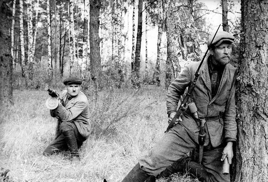 Партизаны Великой Отечественной войны. Обратите внимание, у бойца слева в руках пистолет-пулемет ППД-34.