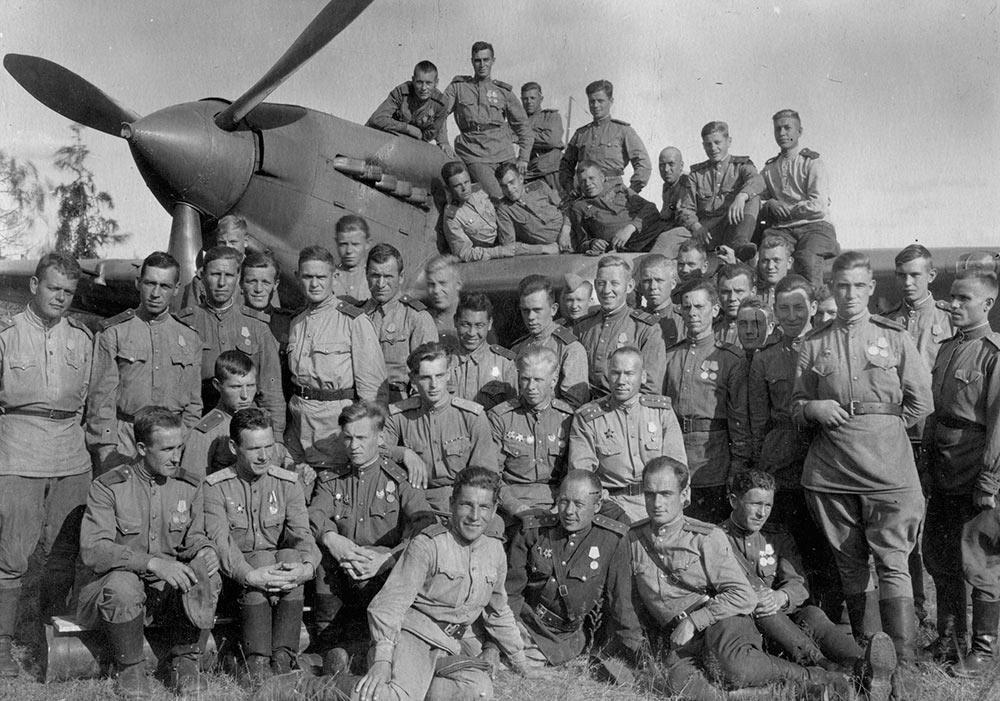 Пилоты и воздушные стрелки 566-го Солнечногорского штурмового авиационного полка 277-й штурмовой авиационной дивизии 1-й Воздушной Армии 3-го Белорусского фронта. 1944 г