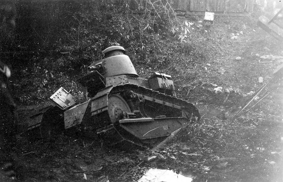Французский танк «Рено» FT-17 в канаве. Грозное оружие выглядит практически игрушкой