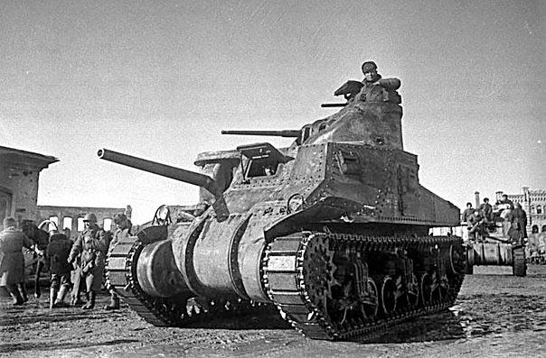Советские войска на американских средних танках M3 «Генерал Ли» вступают в освобожденный город Вязьма. Март 1943 года.
