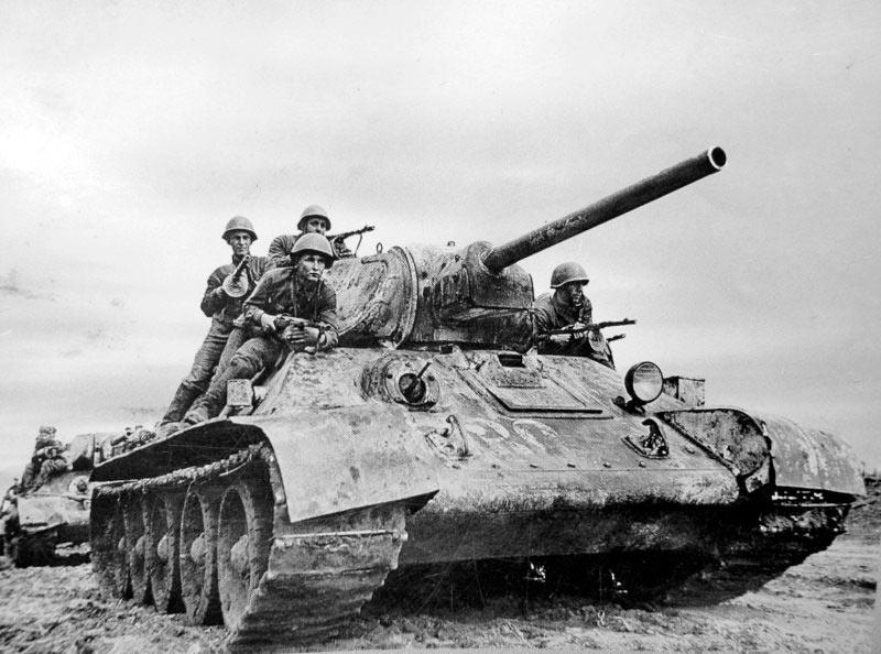Танковый десант на танках Т-34 советской 5-й гвардейской танковой бригады готовится к атаке вражеских позиций. Юго-Западный фронт, Харьковская операция, 1942 год.