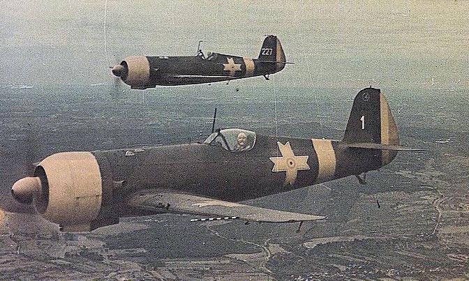 Истребители IAR-80 в полете.