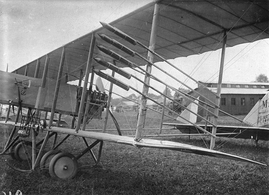 А вот и авиационные ракеты Первой мировой войны под крылом истребителя «Фарман». Прообразы наших «РС»