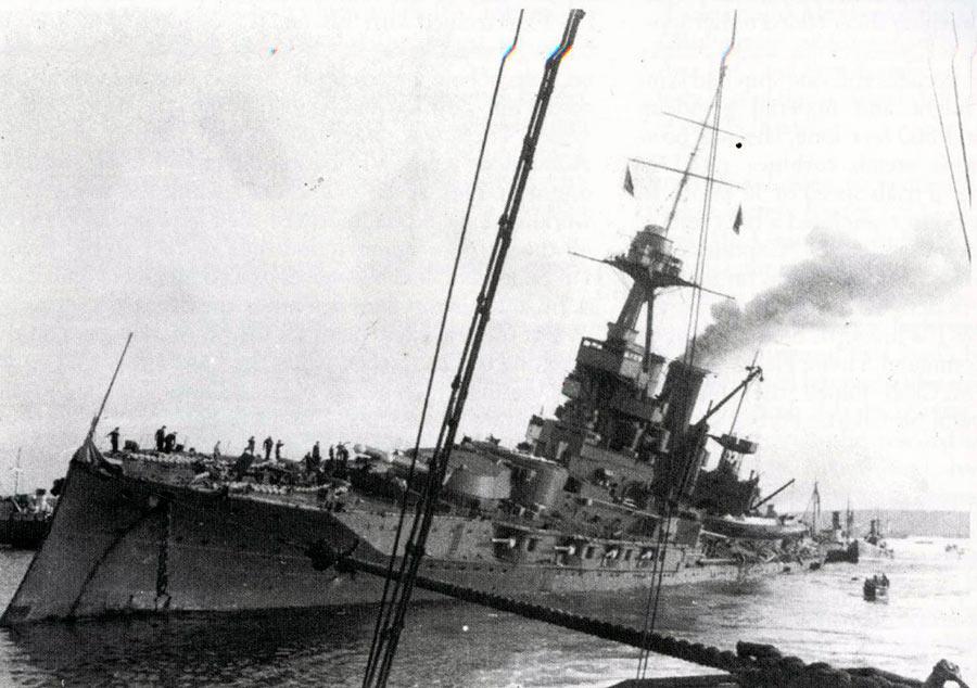 17 Октября 1939 года немецкие бомбардировщики совершили налет на британскую военно-морскую базу Скапа-Флоу. На снимке линкор «Айрон Дьюк», поврежденный попаданием бомбы.