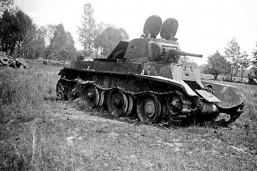 Подбитый советски танк БТ-7 покинутый экипажем, 1941 г.
