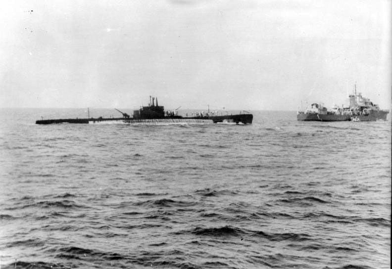 Английский эсминец ведет на буксире захваченную итальянскую подводную лодку «Галилей»