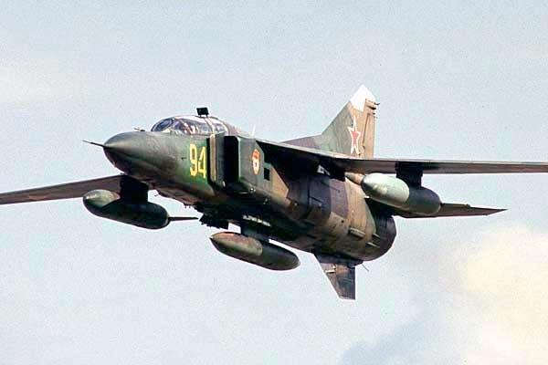 Истребитель МиГ-23 с подвесным топливным баком