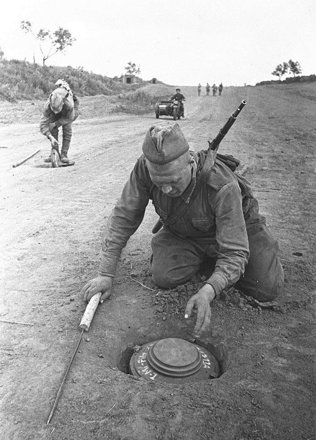 Cаперы обезвреживают немецкие противотанковые мины, район Сталинграда, 1943 г.