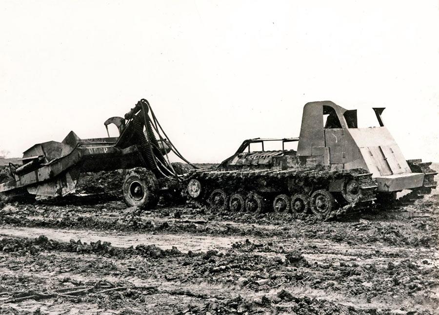 Вторая жизнь старых вещей: английский легкий танк «Валентайн» со снятой башней, наскоро сооруженной кабиной, к тому же «переобутый» в тракторные гусеницы, пашет поле. Снимок сделан не в СССР, а в Англии - после войны разруха здесь была ничуть не меньше советской, и населению волей-неволей приходилось приспосабливаться.