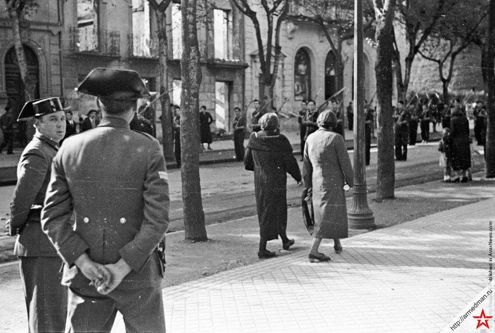 Служащие испанской «Гражданской Гвардии» в Сан-Себастьян, наблюдают за порядком на улицах. Снимок времен гражданской войны в Испании
