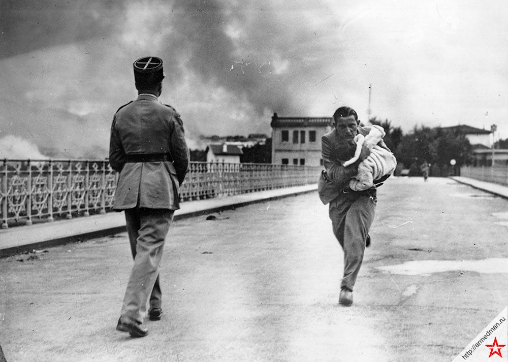 Журналист Раймонд Уокер спасает ребенка в Испании, 1936 г.