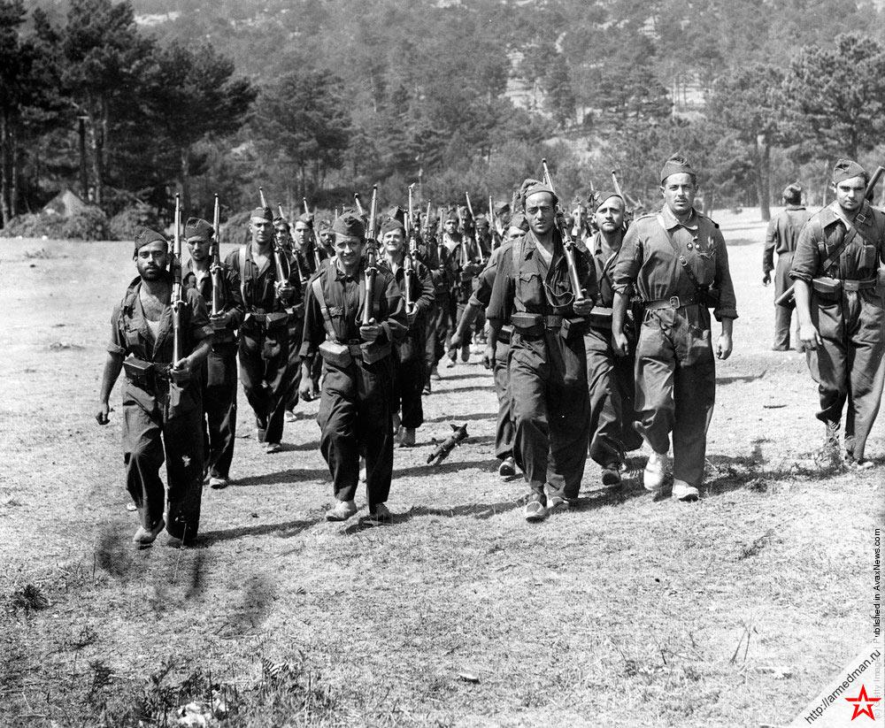 Солдаты армии республиканцев двигаются в направлении линии фронта, проходящей в горах Гвадаррамы, 1936 г.