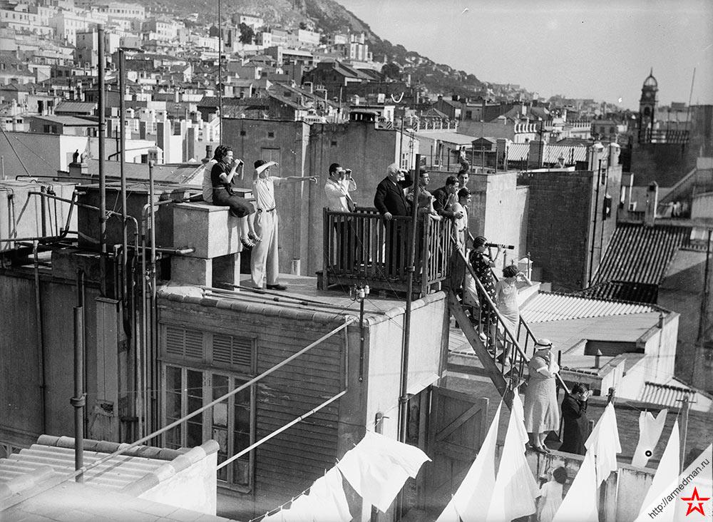 Жители британского Гибралтара и испанские беженцы наблюдают за бомбардировкой испанского Альхесираса