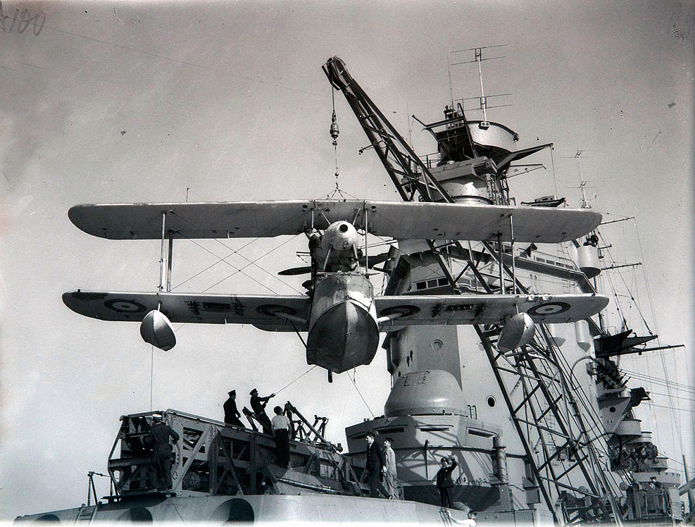Спуск на воду гидроплана «Уолрес Mk.I» с борта британского линкора «Родней».