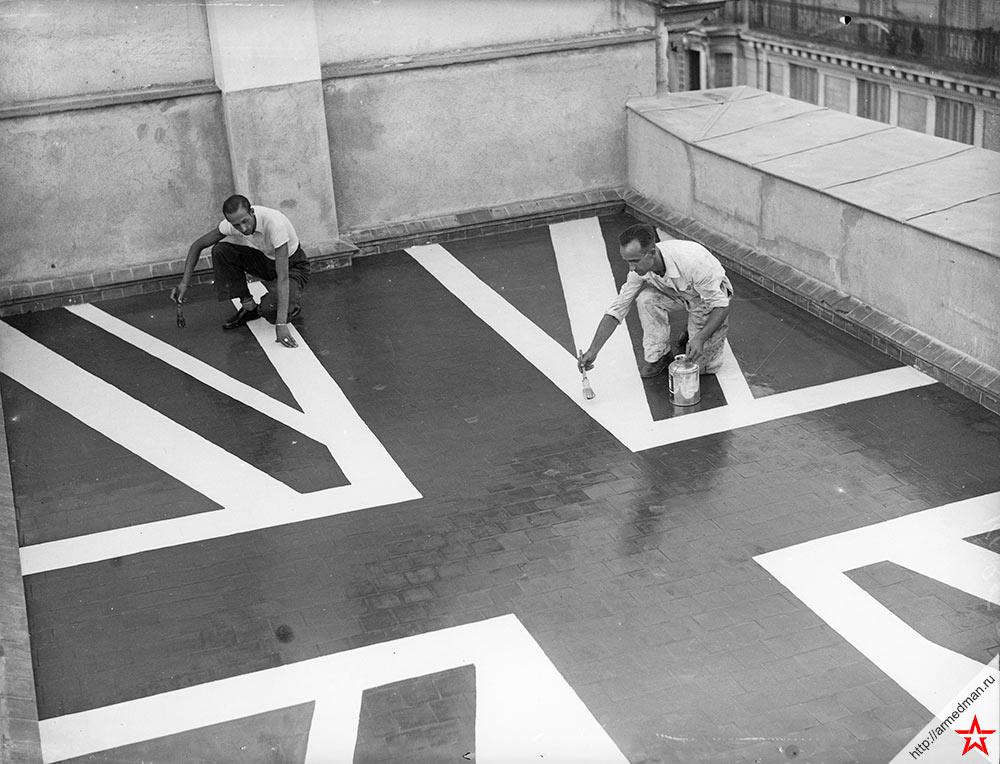 Рабочие рисуют «Юнион Джек» на крыше британского посольства в Мадриде, 1936 г.