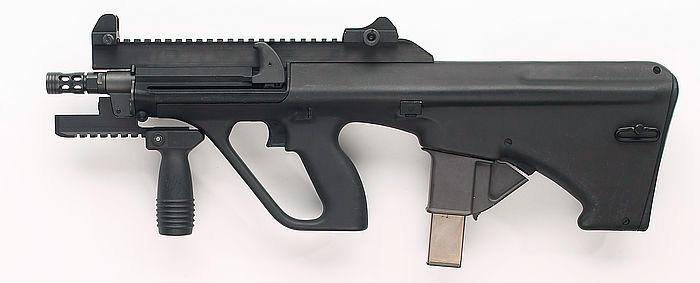 Steyr AUG в роли пистолет-пулемета. Обратите внимание - как и полагается пистолет-пулемету, этот «штейр» снабжен магазином с 9-мм патронами