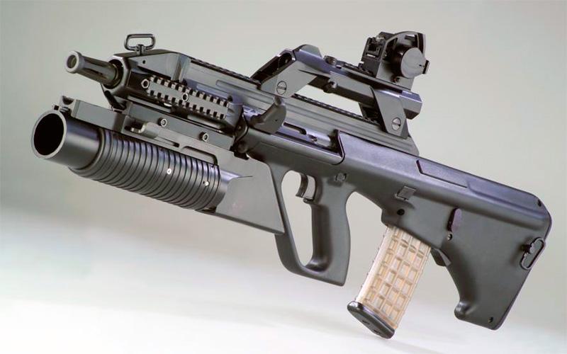 Планки Пикатинни позволяют очень быстро переоснастить винтовку Steyr AUG подходящими «обвесами» - смена прицела, замена фонаря на гранатомет, все это осуществляется в считанные минуты