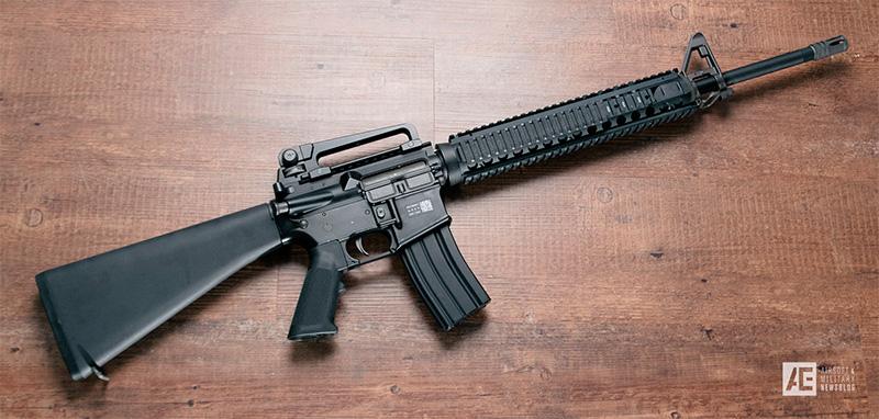 Модель M16A4- современная версия штурмовой винтовки M16. Ручка для переноски съемная, планки Пикаттини упрощают крепление дополнительных приспособлений.