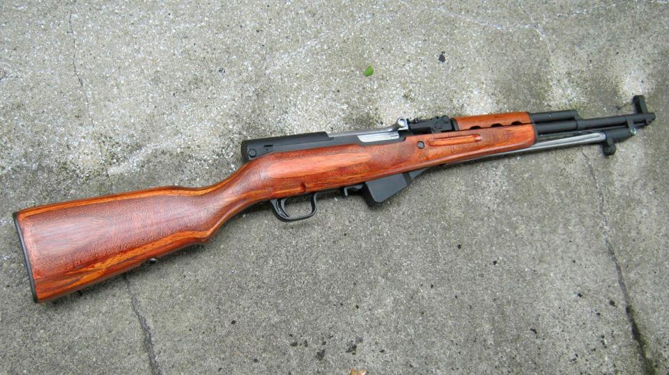 Самозаряднй Карабин Симонова (СКС). Не только использовал тот же патрон, что и автомат Калашникова, но напоминал его и внешне. Ну, или наоборот.