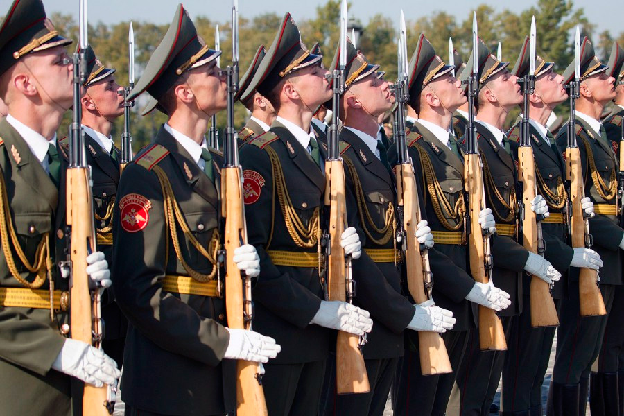Карабин СКС применяется в армии и в наше время, правда, только на парадах. Удивляться тут нечему - СКС не только надежное, но и очень красивое оружие.