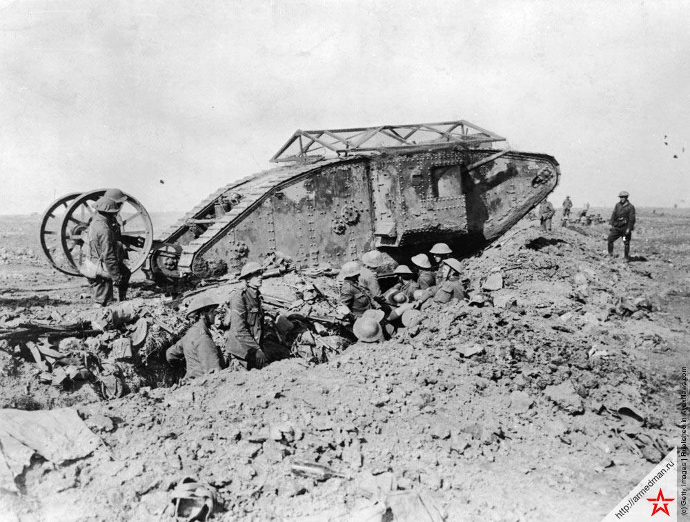 Британские солдаты во время наступления во французской провинции Фландрия. Танк на фоне - британская «четверка» (MK-IV), 1917 г.