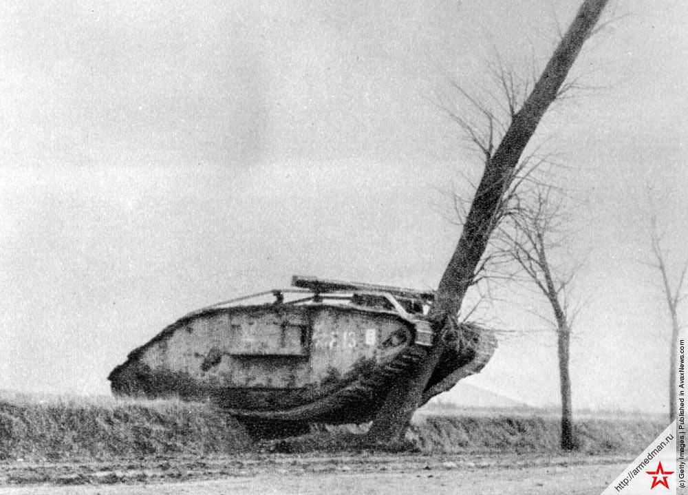 британский танк MK-IV поваливший дерево, 1917 г, франция