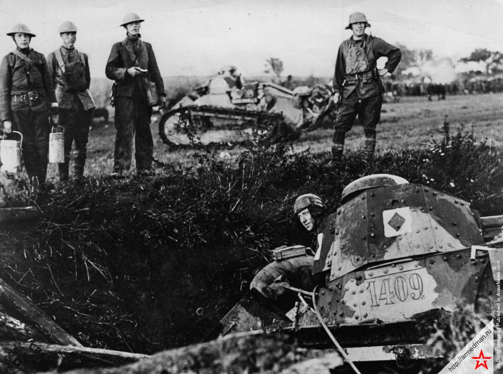 Французский легкий танк FT-17, выражаясь языком того времени «попавший в затруднительное положение». Проще говоря - свалившийся в траншею, 1917 г.