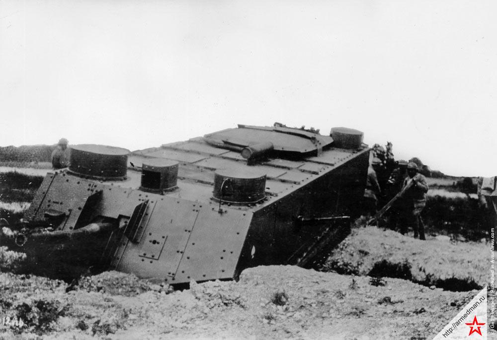 Ранний французский танк типа «Сен-Шамон» застрявший при попытке переехать ров, 1918 г.