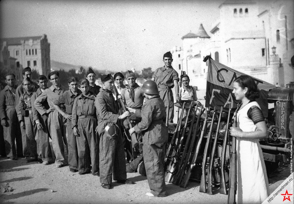 Раздача оружия ополчению сформированному анархо-синдикалистским профсоюзом Национальной конфедерации труда Испании (C.N.T.)