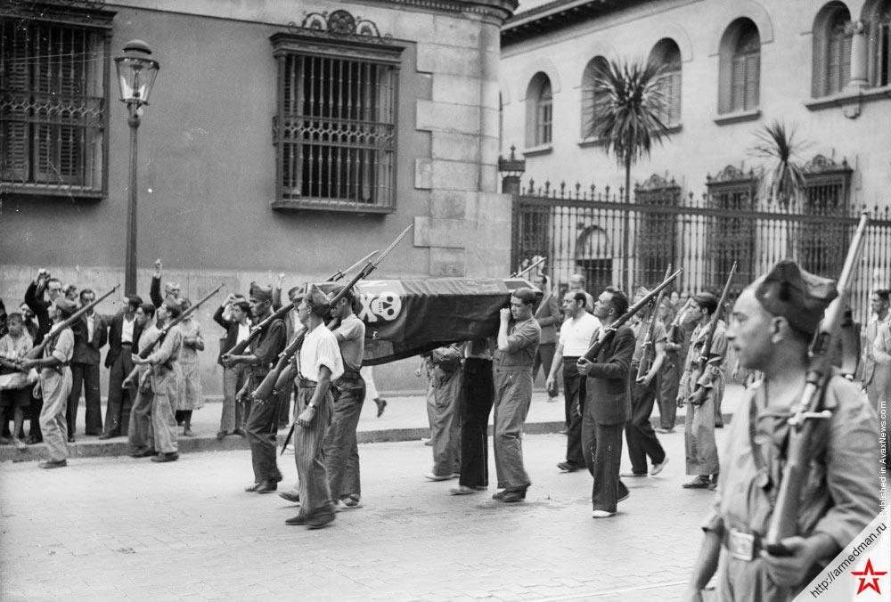 Почетный караул на похоронах женщины - бойца народного ополчения. Мадрид, Испания, 1936.