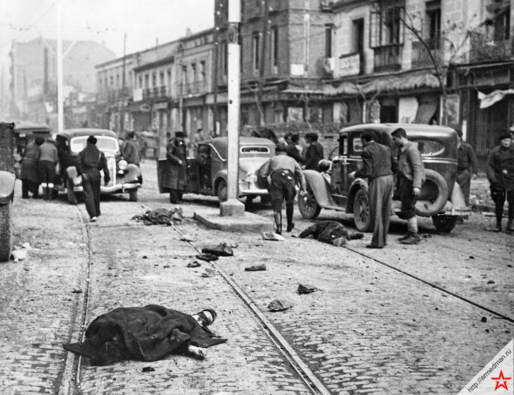 Жертвы внезапного воздушного налета на одной из городских улиц, 1937 г., Испания