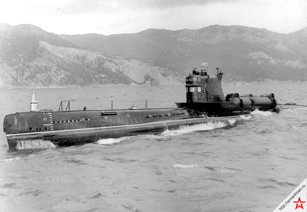 Дизельная подводная лодка проекта 644, поворотные контейнеры крылатых ракет П-5 хорошо видны за рубкой