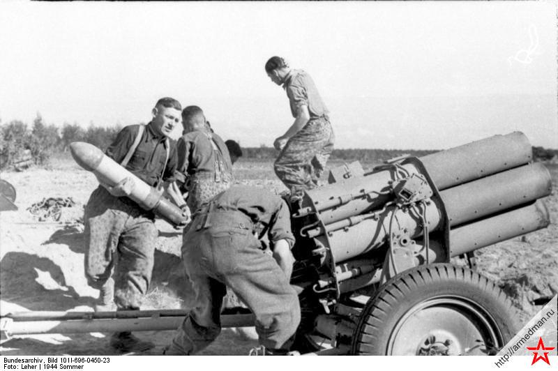 Расчет заряжает 150-мм шестиствольный реактивный миномет Nb.W 41 обр. 1941 г.