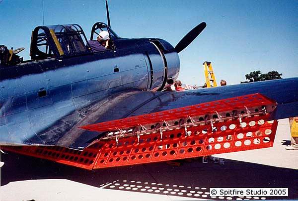 Палубный бомбардировщик Дуглас SBD «Донтлесс» легко узнать по широким и очень характерным закрылкам