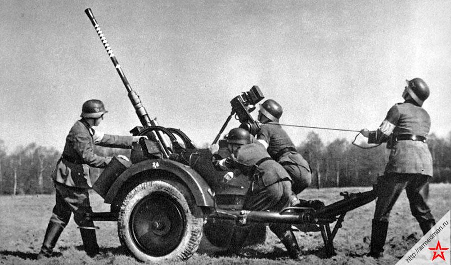 Расчет готовит 20-мм зенитную пушку FlaK 30/38 к отражегнию воздушного налета
