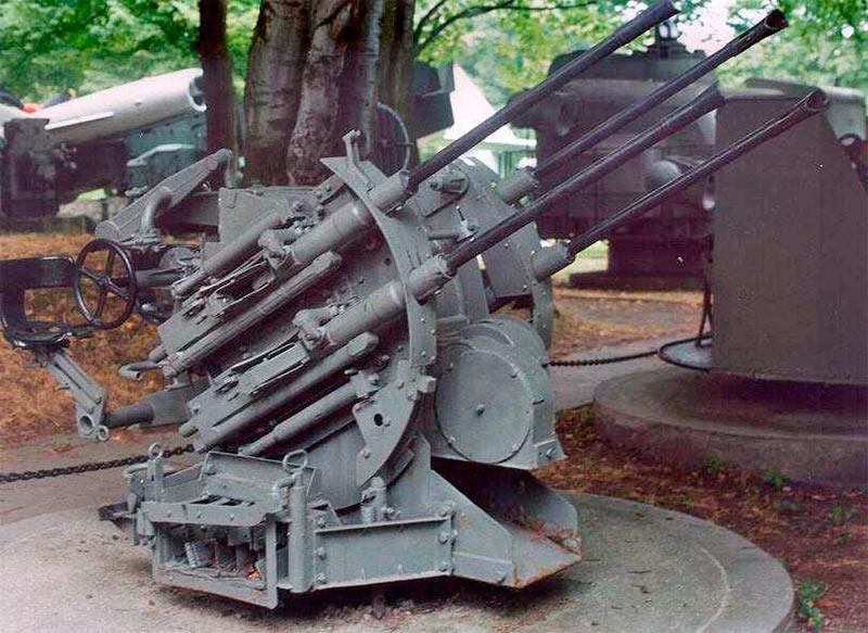 Счетверенная зенитная установка из пушек 20-мм FlaK 30/38, установленная на тумбе