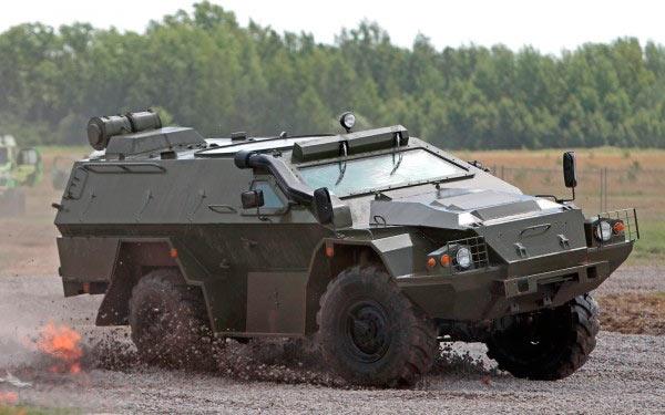 А это уже модернизированный КамАЗ-43269 «Выстрел» (БМП-97). Из внешних отличий: лобовое стекло стало сплошным, сзади корпуса появилось фильтро-вентиляционное устройство