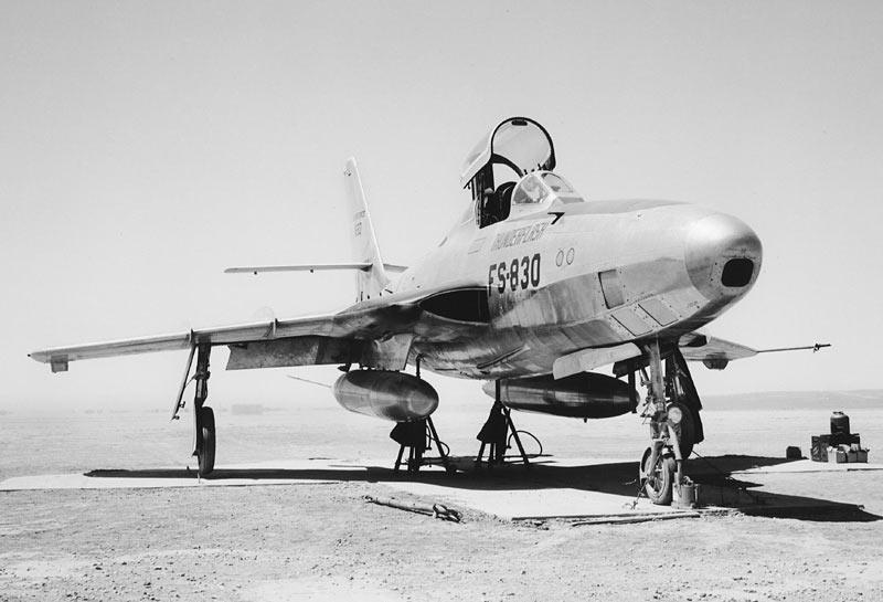 Фоторазведчик RF-84F «Тандерфлэш». Обратите внимание - вместо носового воздухозаборника, самолет оснащен двумя в основании крыльев