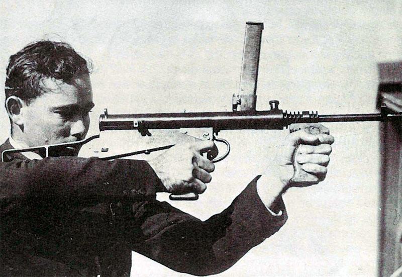 Эвелин Оуэн демонстрирует один из своих пистолет-пулеметов