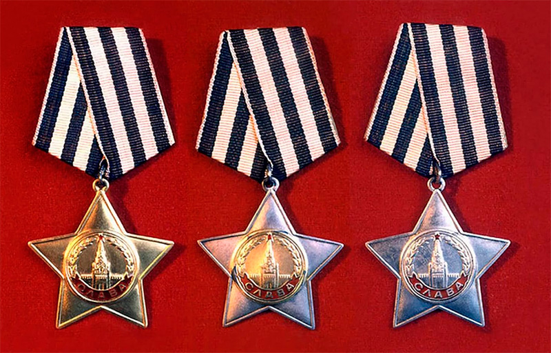 Орден Славы трех степеней (слева направо)