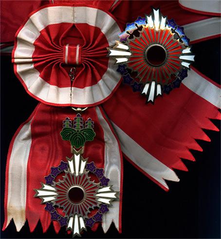 Орден Восходящего солнца с цветами павлонии на Большой ленте