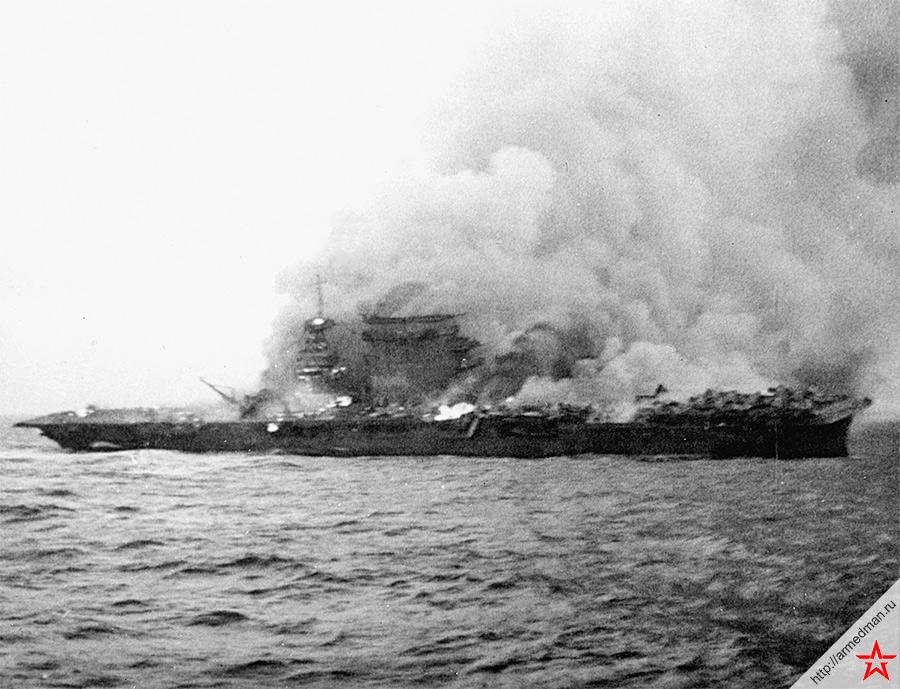 Горящий «Ленгсингтон» после атаки японских бомбардировщиков и торпедоносцев