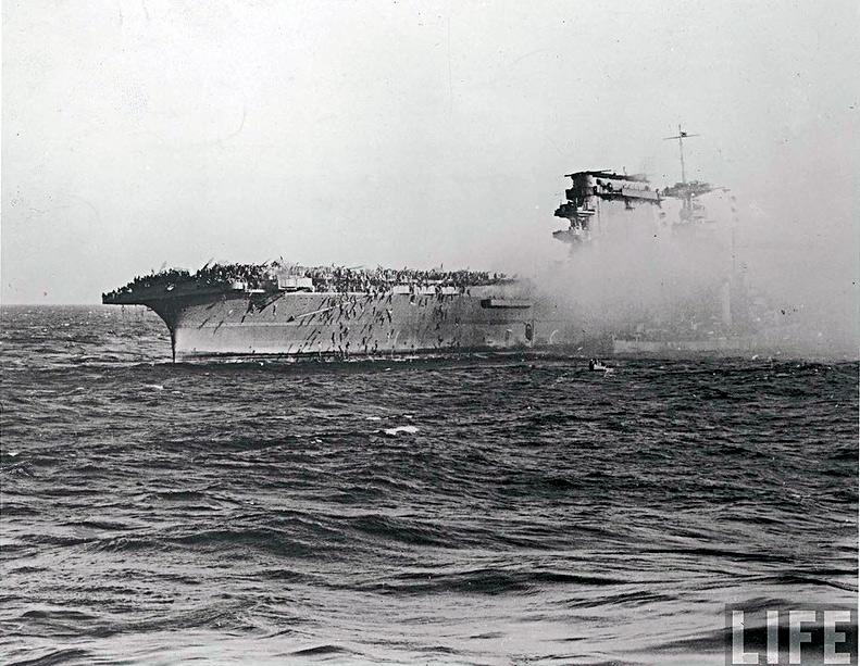 Члены команды гибнущего авианосца «Ленгсингтон» прыгают за борт с горящей палубы корабля