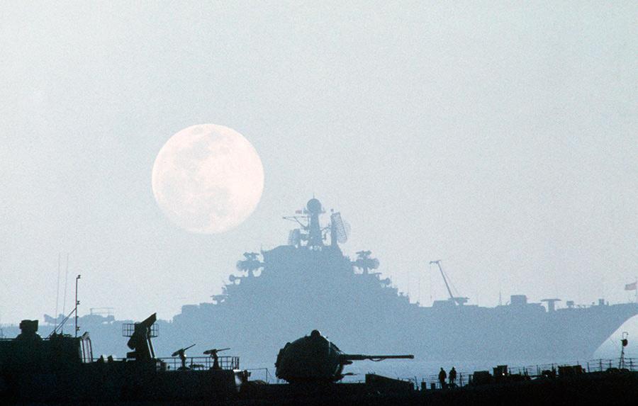 Эскадренный миноносец проекта 956 «Отчаянный» и тяжелый авианесущий крейсер «Киев» в Средиземном море, 1985-1986 годы. Мастерски сделанный снимок вызывает ассоциации скорее с космосом, чем с открытым морем.