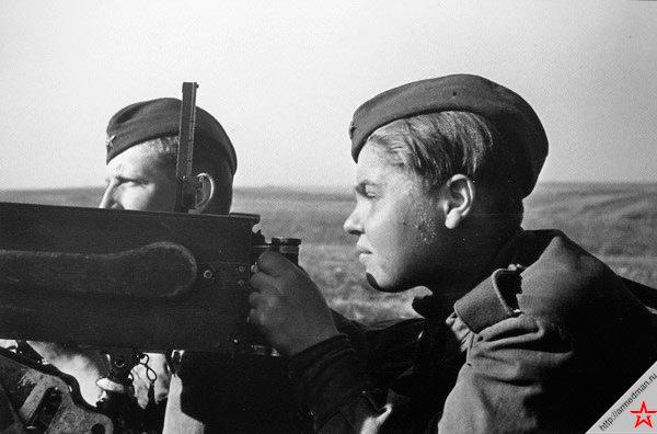Пулеметчица Аня Подчиненова ведет огонь по врагу