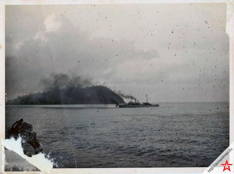 Авизо «Марн» ведет огонь. На заднем плане виден остров Ко-Чанг