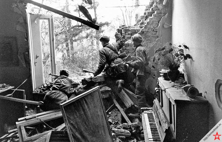 Бойцы подразделения капитана Александра Васильевича Кулагина в отбитом у противника доме в Бреслау. 1-й Украинский фронт. Март 1945 г.