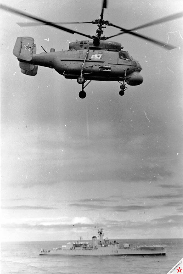 Вертолет из состава авиагруппы одного из советских ТАКР Ка-25ПЛ за работой
