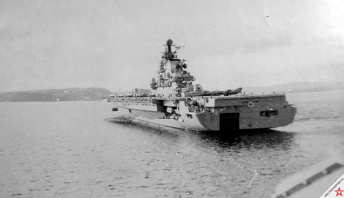 ТАКР «Киев», вид с кормы. Первоначально строившийся как «противолодочный крейсер с авиационным вооружением», именно этот корабль проекта 1143, в большей степени так и остался «крейсером с авиационным вооружением», чем «авианесущим крейсером»